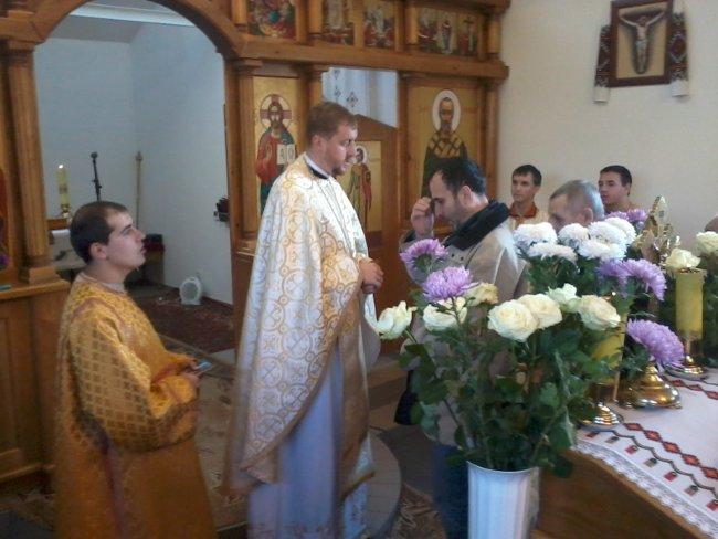 Після завершення Святої Літургії о. Андрій уділив особливе благословіння, котре дає нововисвячений священик, кожному з присутніх